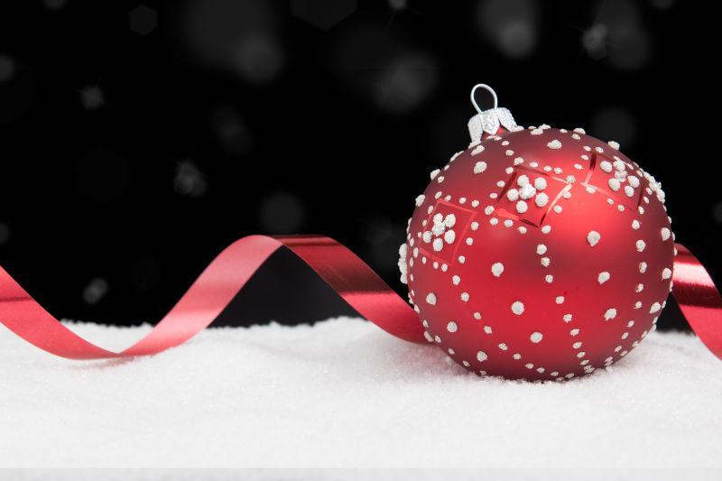 红色带有白点的圣诞球和丝带