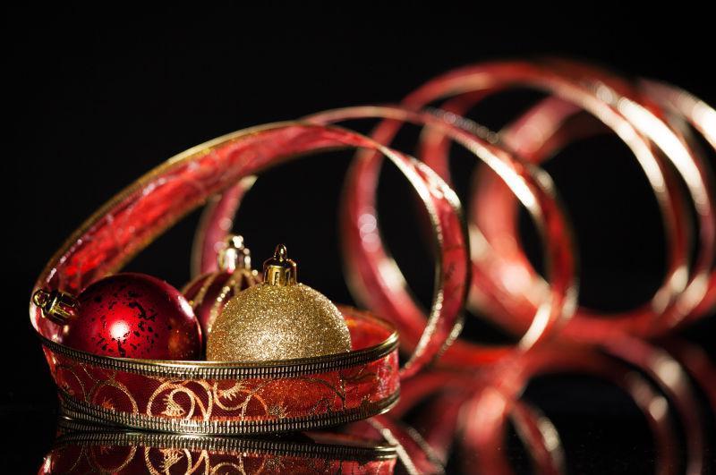 黑色背景下红色缎带和圣代彩球