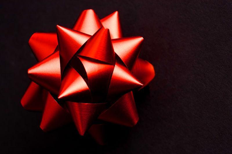 黑色背景下红色缎带圣诞装饰