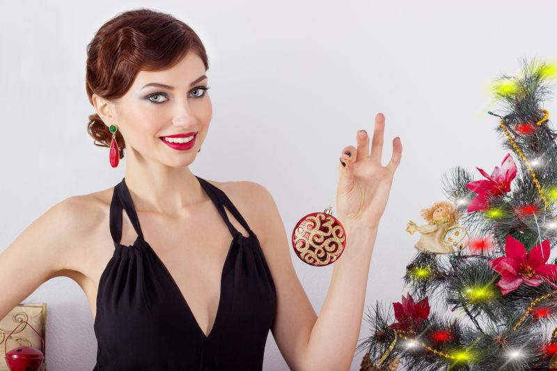 拿着圣诞装饰球的性感美女