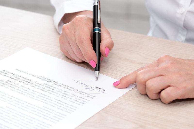 签订合同的妇女