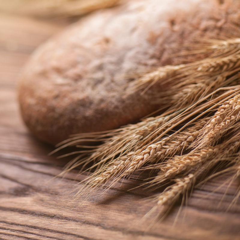 放在桌子上的麦穗和小麦面包