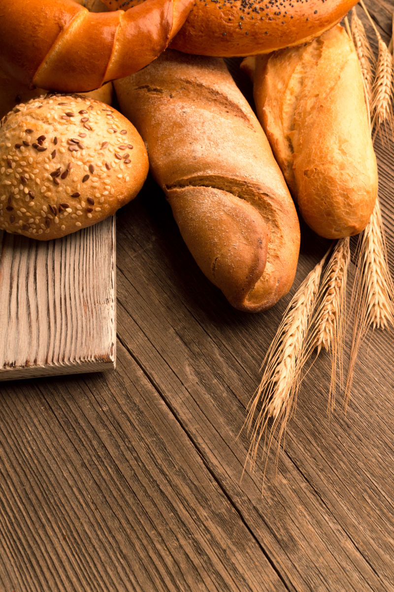 放在木桌上的小麦面包