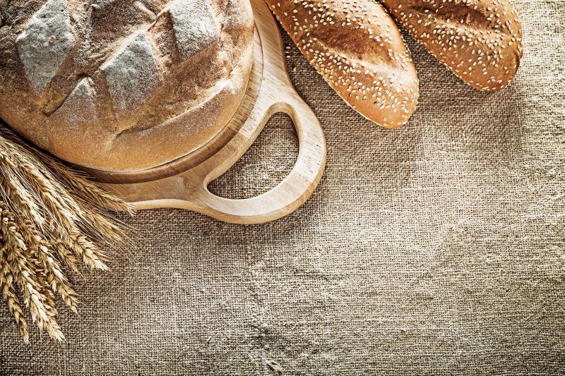 麻袋上美味的小麦面包