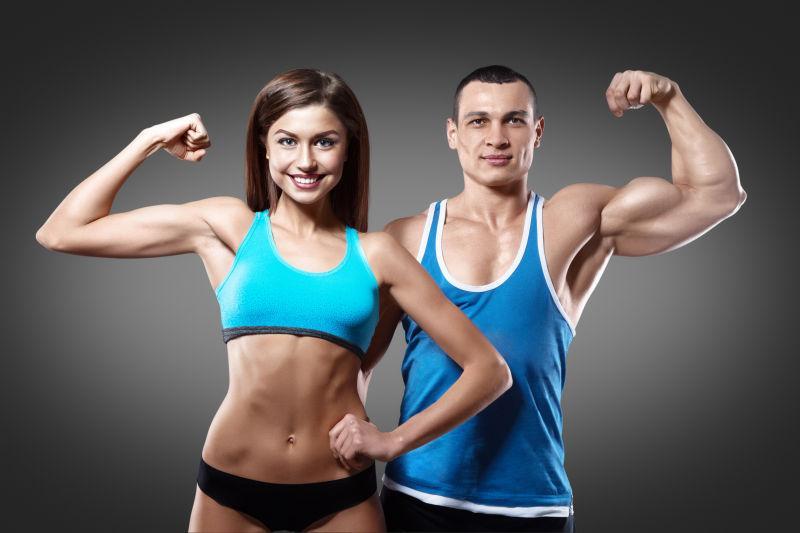 灰色背景上的健身运动的夫妇