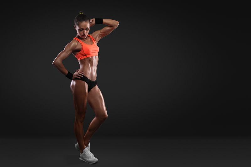 黑色背景上完美身材的运动女性