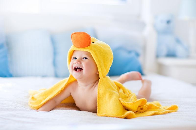 穿着可爱鸭子浴衣的小婴儿