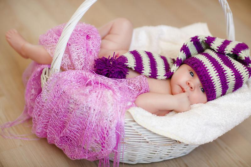 躺在白色篮子的宝宝