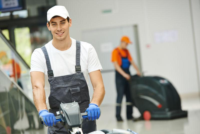 用机器清洁走廊的工人