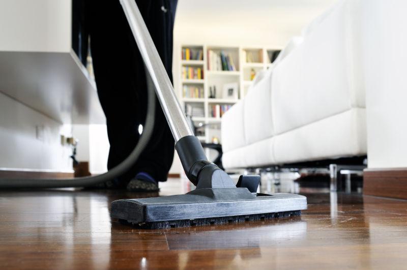 打扫房子的女人