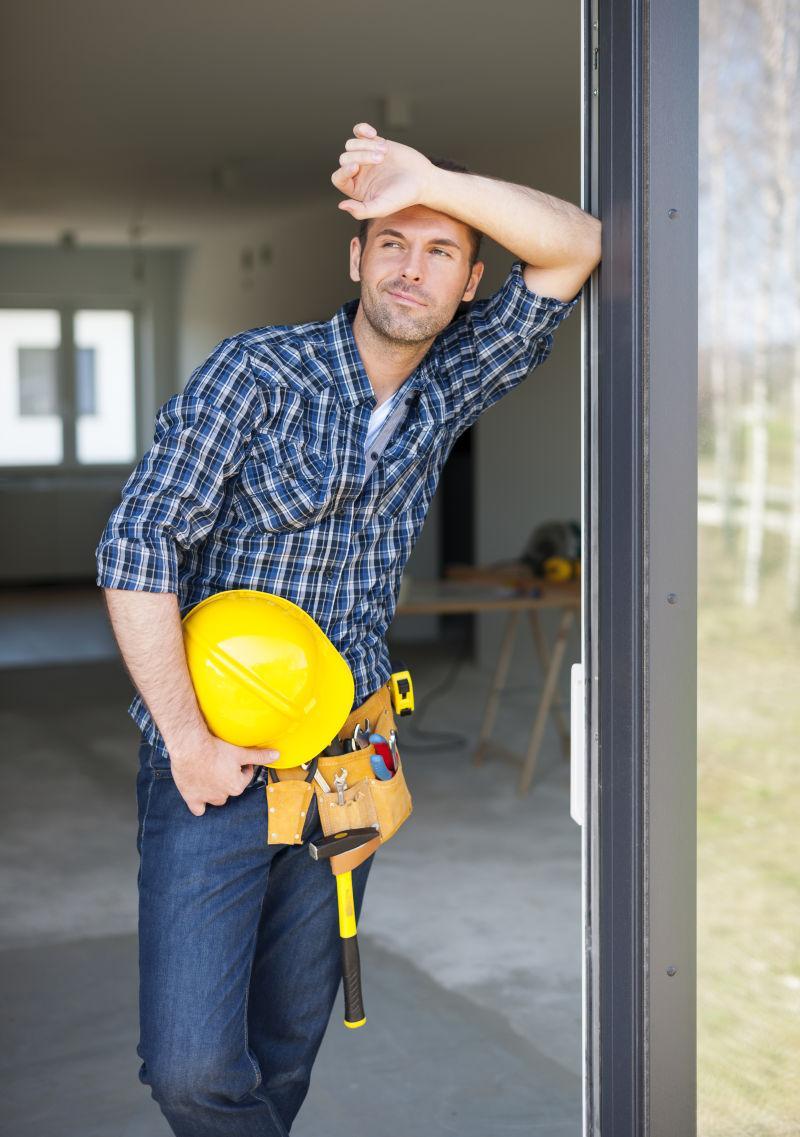 建筑工人在工作中放松新鲜空气