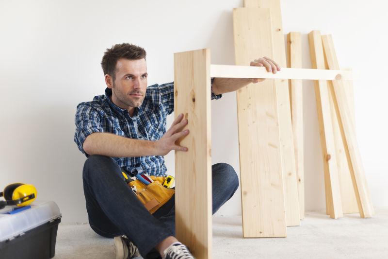 做新家具的英俊木匠