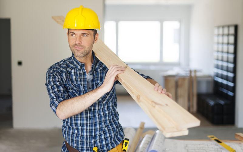 曼利建筑工人拿木板
