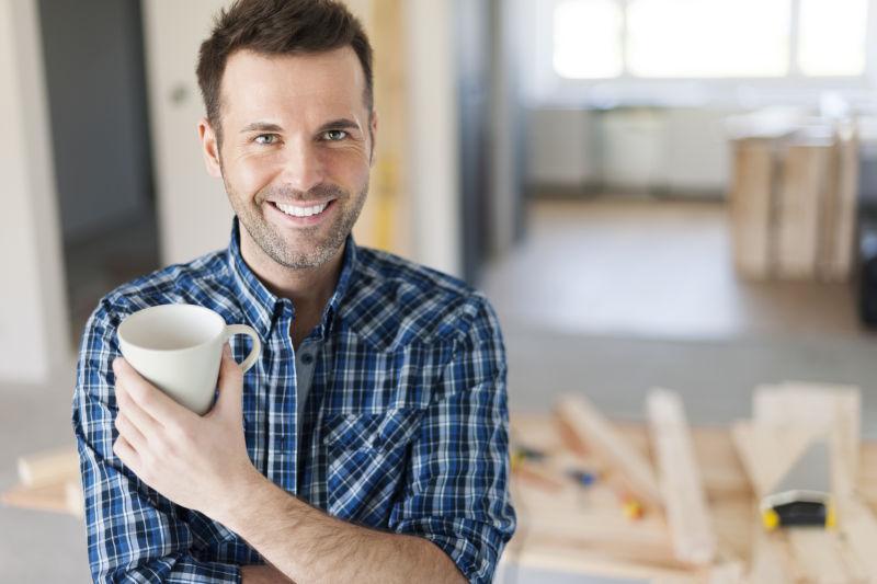 建筑工人一边喝咖啡的人的肖像