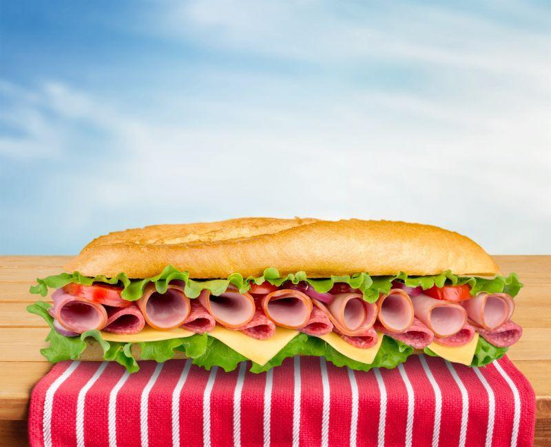 放在户外的美味的三明治