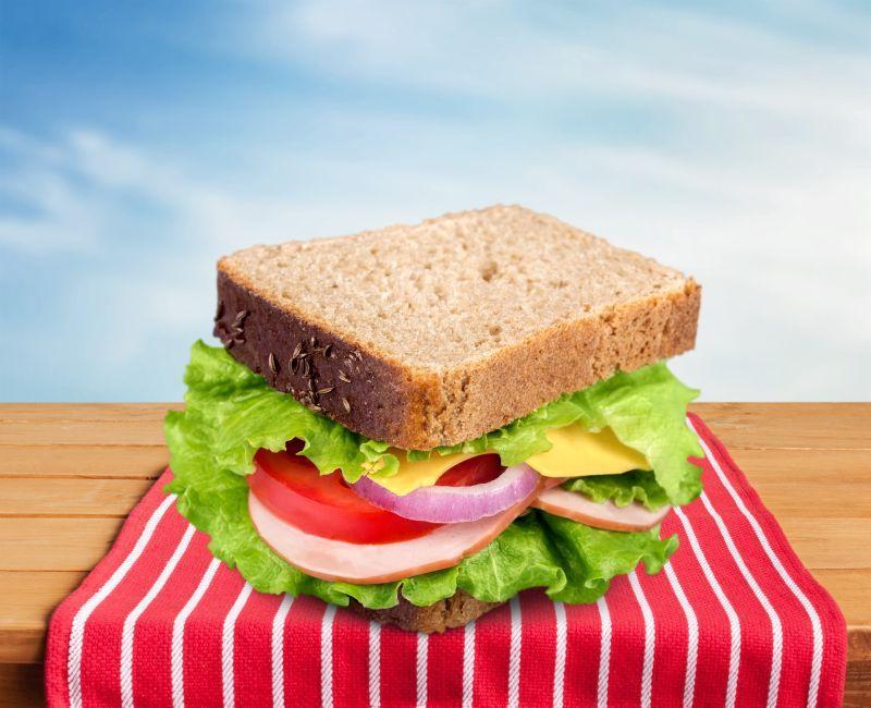 木桌上美味好吃的三明治