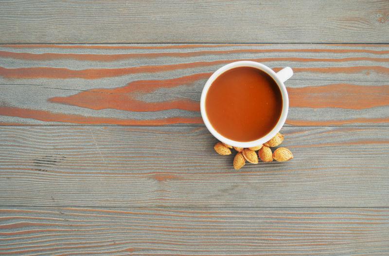 咖啡与边上的杏仁