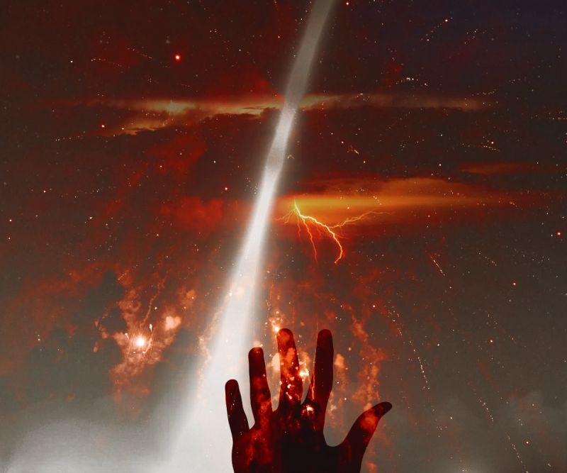 红色天空下的手