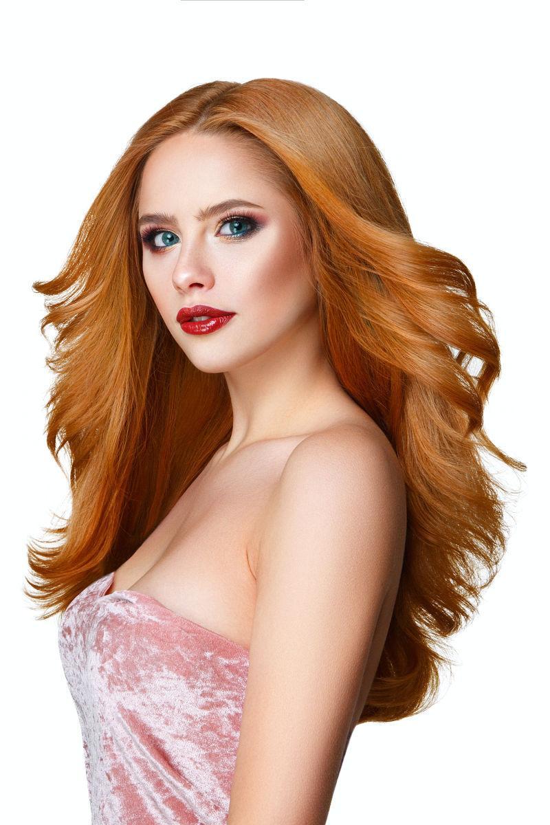 华丽的红色长发的美丽女人