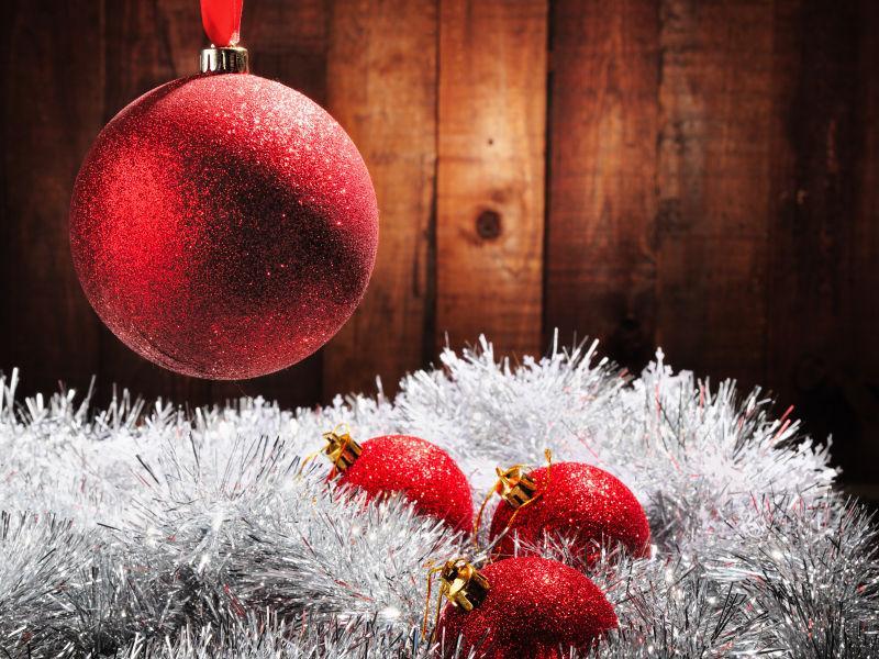 木制背景下的精美圣诞装饰品