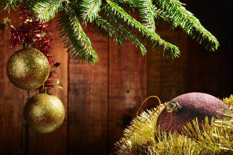 圣诞树上的圣诞球装饰