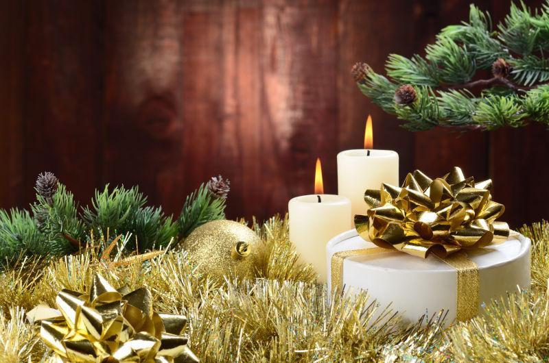 圣诞节精美装饰品和蜡烛