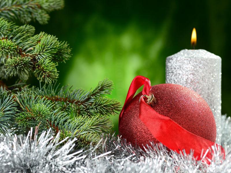 圣诞节杉树圣诞球和蜡烛装饰