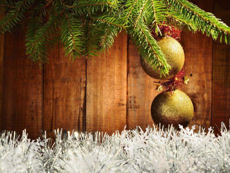木制背景下圣诞树上的圣诞球