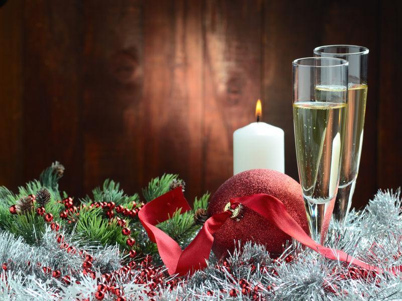 木制背景下的圣诞装饰品和香槟