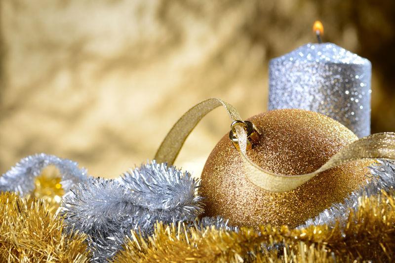 圣诞节金色和银色的装饰品