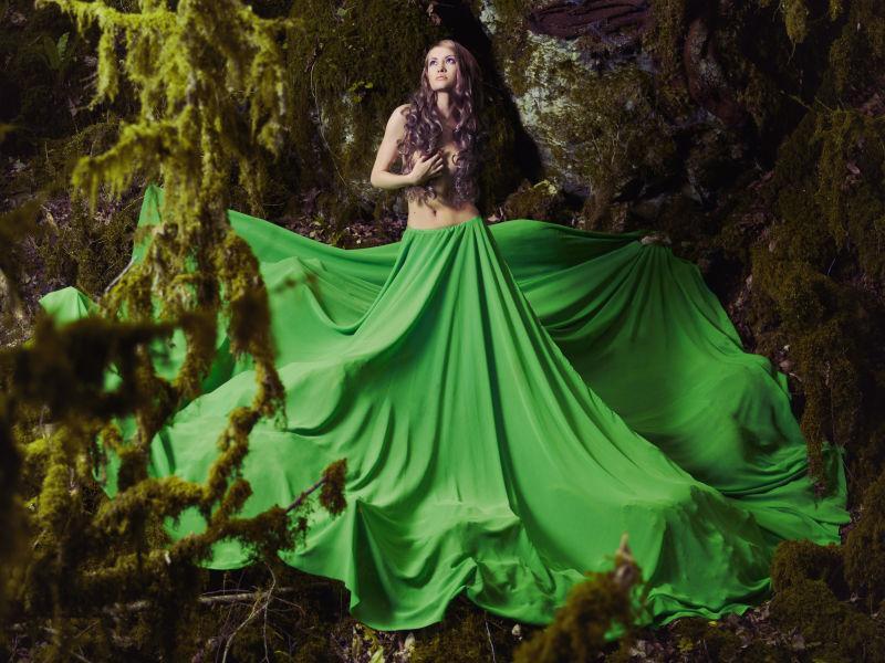 仙林中身穿绿色裙子的美丽女子