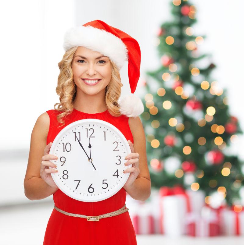 圣诞老人头盔中的微笑女人