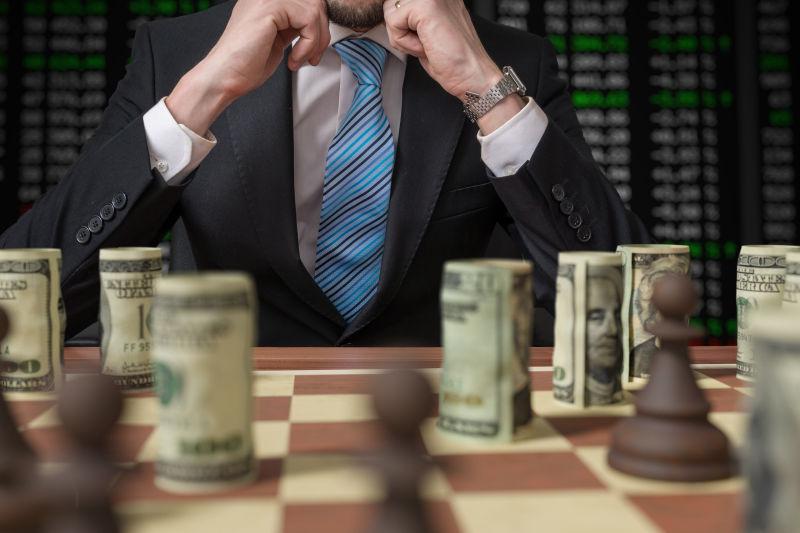 用金钱下棋的男商人
