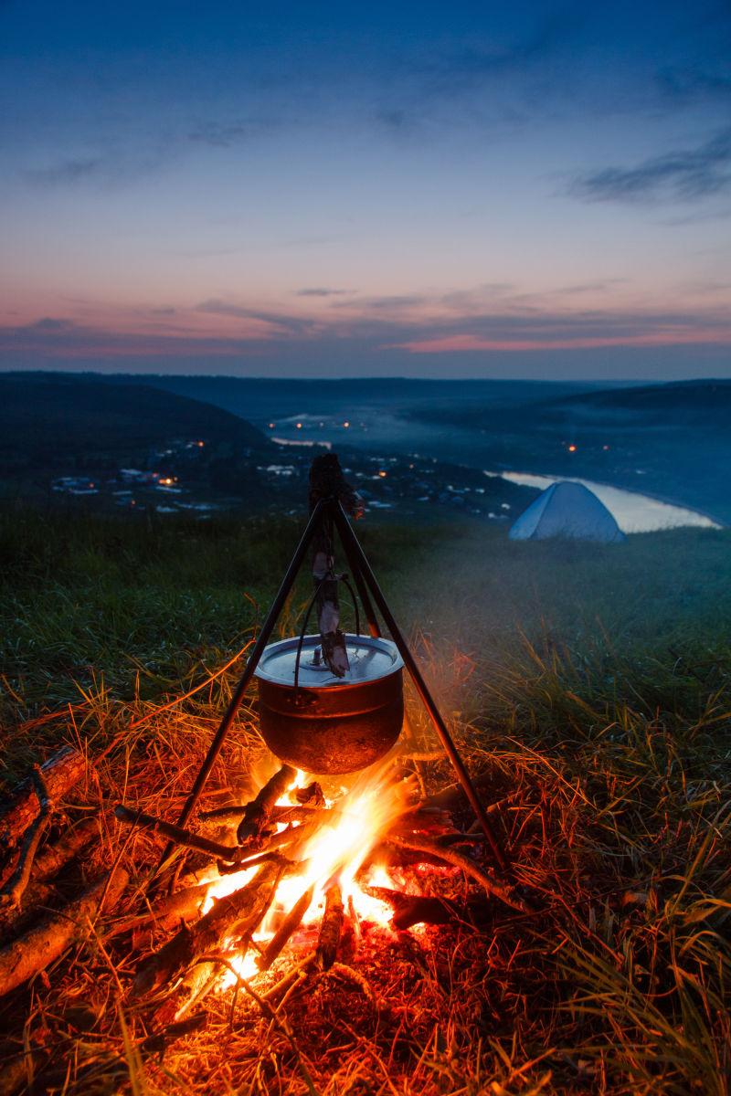 日落时分野炊的篝火盆