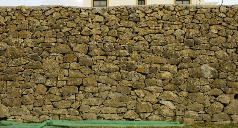 大小石头堆砌的石墙背景