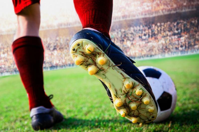 足球运动员和脚下的足球