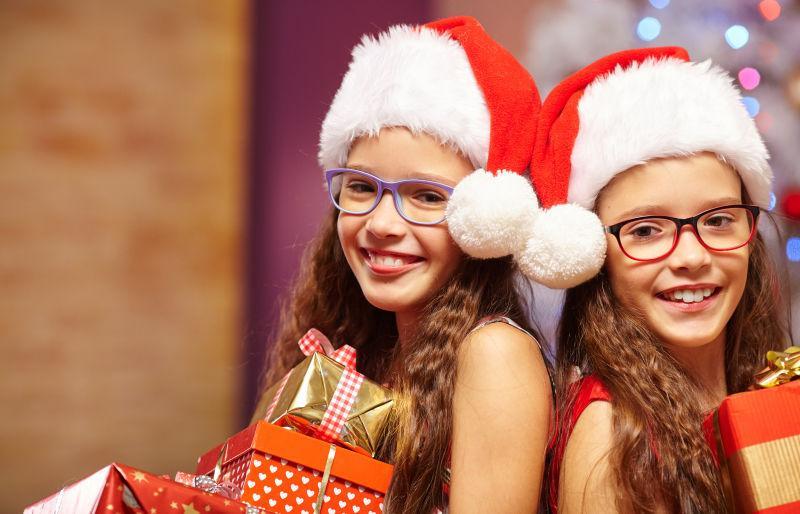 微笑的姐妹拿着圣诞礼物