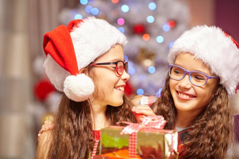 圣诞树前的快乐姐妹