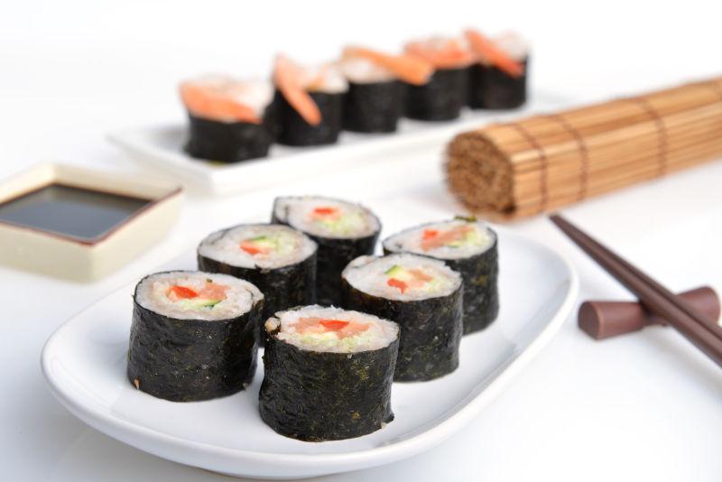 白盘子上的美味寿司卷
