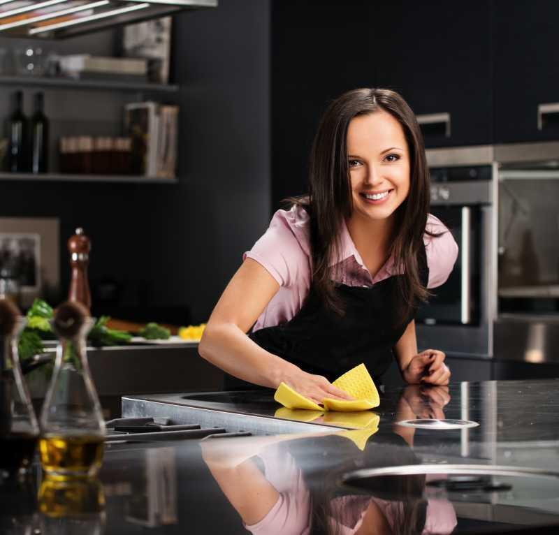 美女正在擦拭厨房