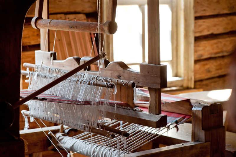 村里的俄国织布机