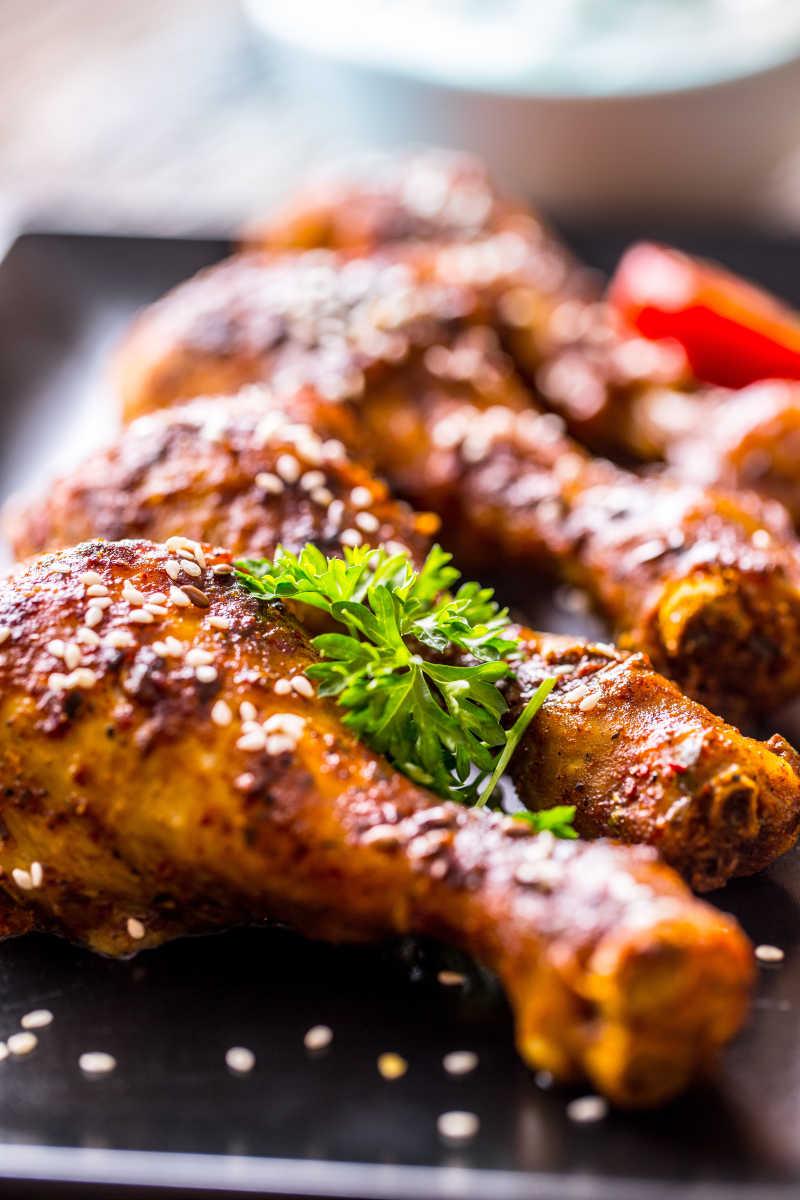 盘子里的炸鸡腿和蔬菜