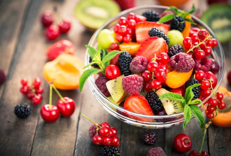 碗里的新鲜水果沙拉