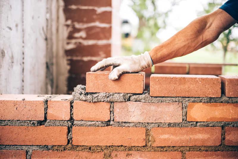 瓦工在砌砖外墙