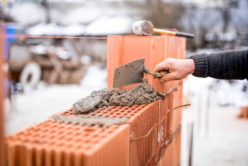 建筑工地工人在砌墙