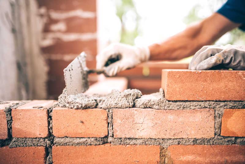 瓦工工人砌砖外墙