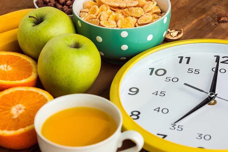 麦片、苹果、新鲜的水果