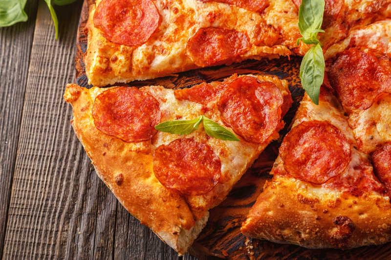 意大利辣味香肠比萨奶酪和番茄酱