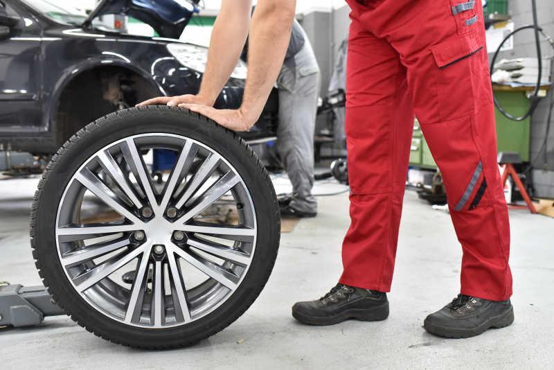 轮胎在轮胎的车在车库/变更/ AT汽车在车库