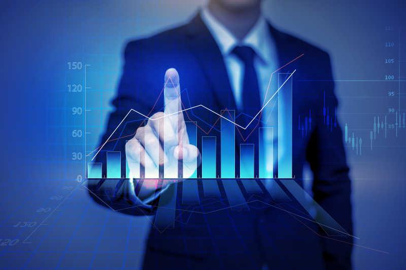 商家在虚拟屏幕上触摸财务图